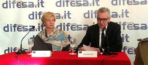 Ministero della Difesa, Francesco Pigliaru e Roberta Pinotti firmano l'intesa sulle servitù militari